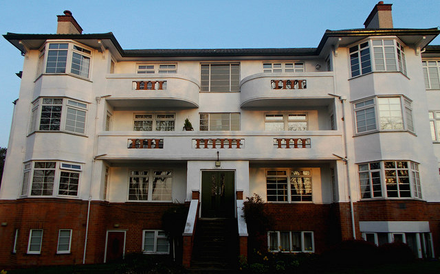 Tony Monblat: The 'Chilterns' art deco apartments, SUTTON, Surrey, Greater London  Used under licence: https://creativecommons.org/licenses/by/2.0/